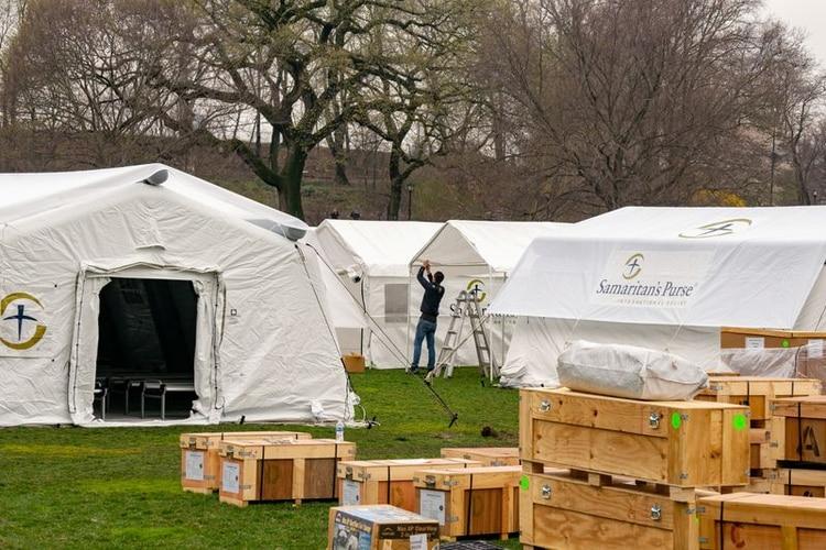 Foto del lunes de un hospital de campaña montado por la organización de ayuda humanitaria Samaritan's Purse en el Central Park de Nueva York. Mar 30, 2020. REUTERS/David 'Dee' Delgado