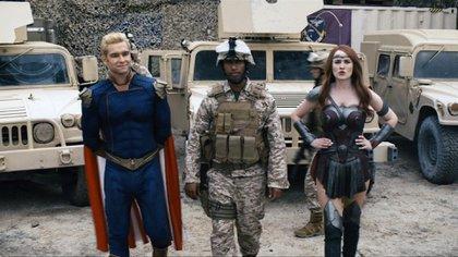 Los personajes hacen referencia a algún superhéroe conocido