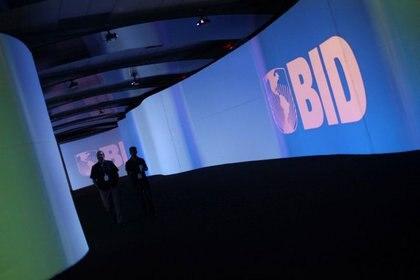 Imagen de archivo. Visitantes caminan frente a una pantalla con el logotipo del Banco Interamericano de Desarrollo (BID) en el Centro de Convenciones Atlapa, en Ciudad de Panamá. 13 de marzo de 2013. REUTERS / Carlos Jasso