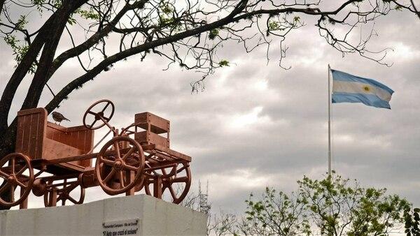 El boceto del modelo en forma de monumento en la plaza Eduardo Costa de Campana, ciudad cuna del primer automóvil argentino