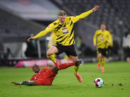 David Alaba contra Erling Braut Haaland, dos grandes jugadores de la Bundesliga que podría sumarse al equipo culé (Reuters)