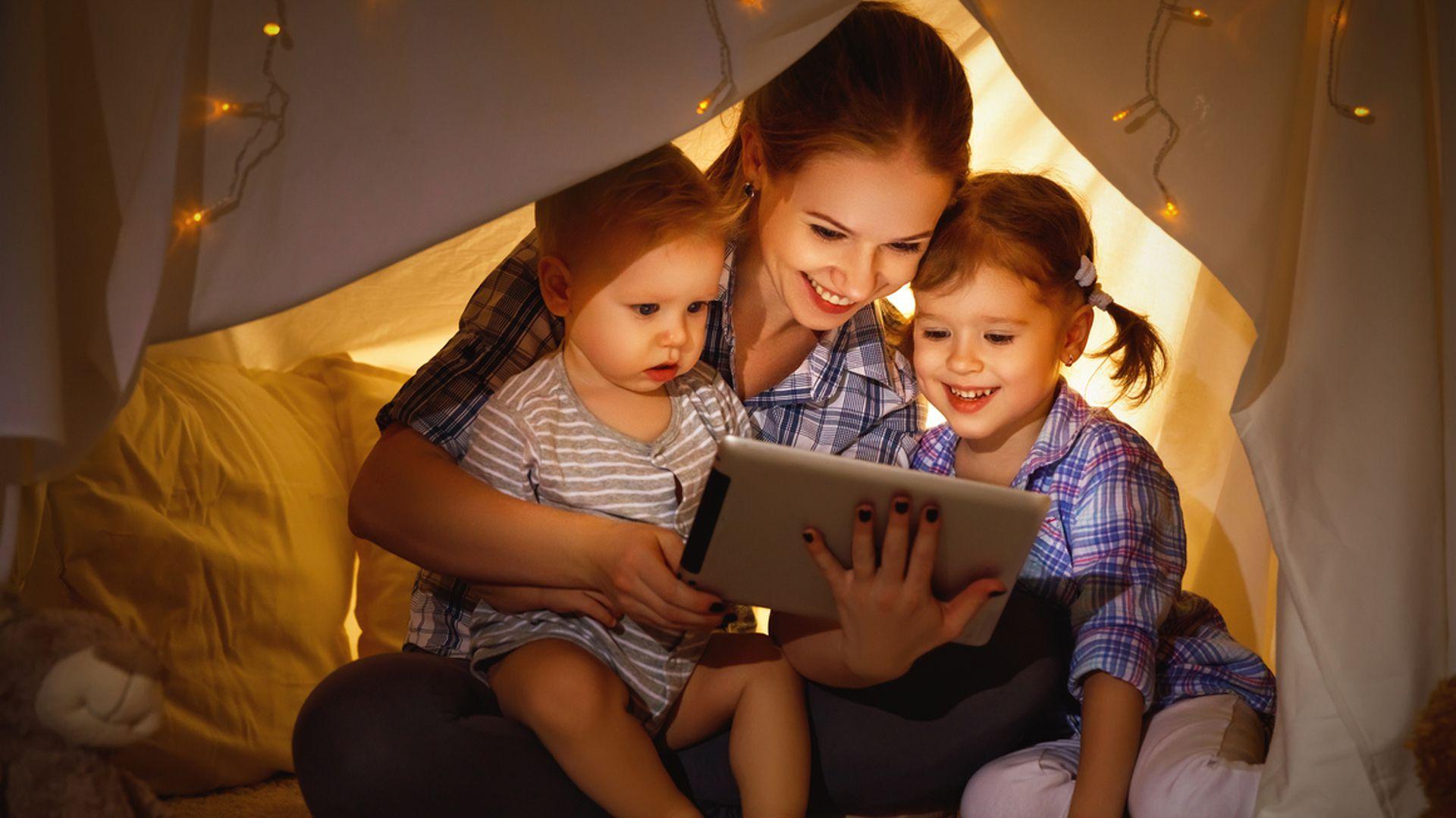 De una forma u otra, la participación de los adultos siempre es vital en el uso de tecnología .(Archivo)