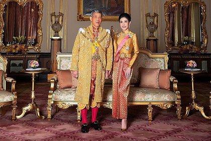 Sineenat Wongvajirapakdi junto al Rey Maha