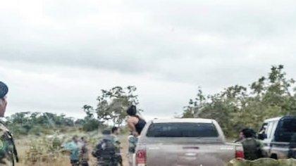 Caravana en la que se transporta Jesús Santrich, fuertemente resguardada por personal de la Segunda Marquetalia. Foto: Suministrada por una fuente del Gobierno a Semana