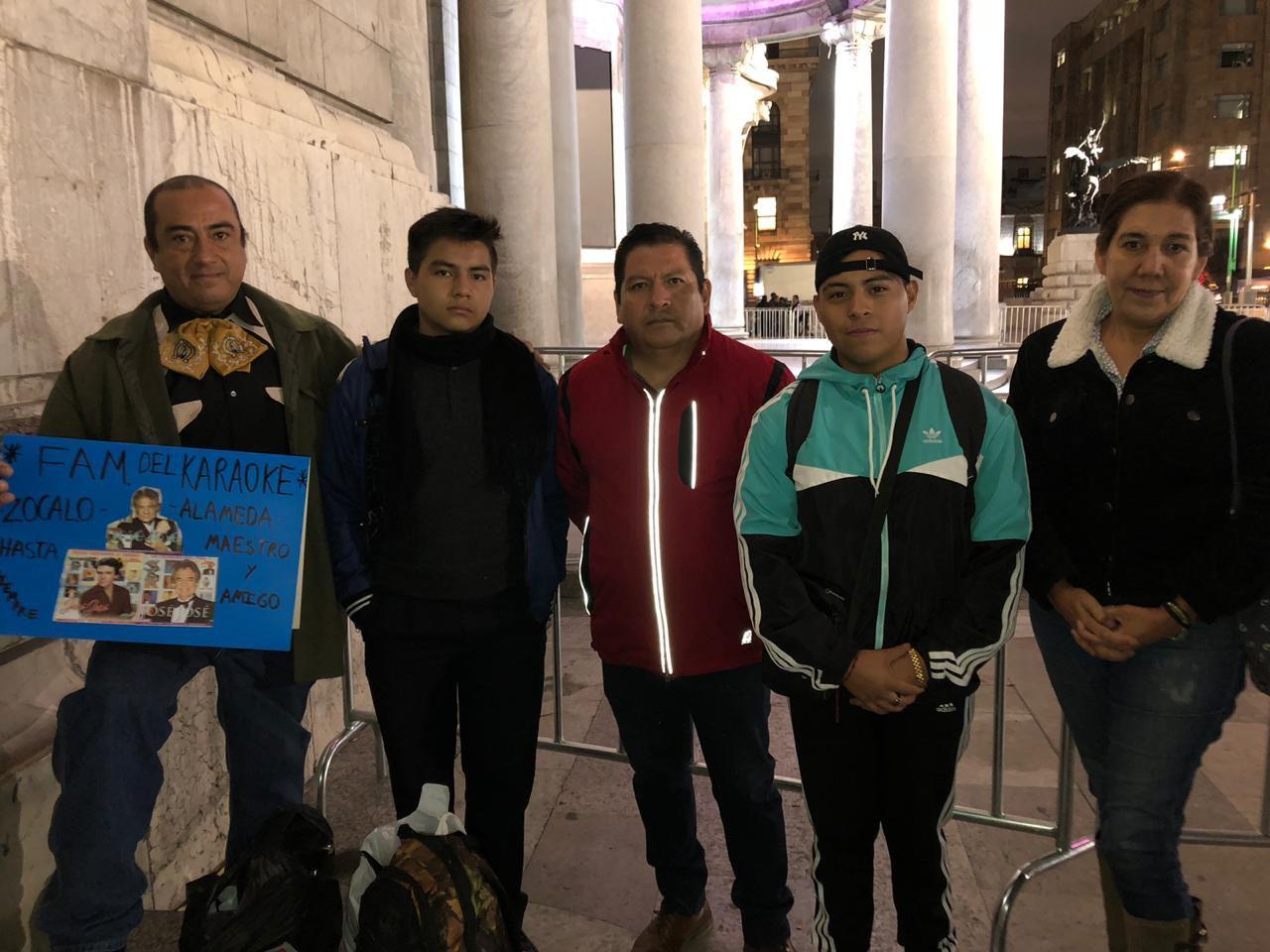 Humberto, Enrique y su padre, Víctor y la señora Rosalba fueron de los primeros en llegar a despedir a José José en Bellas Artes (Foto: Diana Zavala / Infobae)