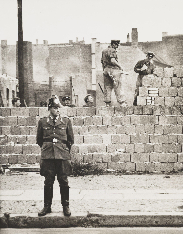 Un policía de Berlín Occidental junto al muro en construcción el 11 de octubre de 1961.