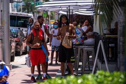 Jóvenes caminan por las calles de Miami (EFE /Giorgio Viera /Archivo)