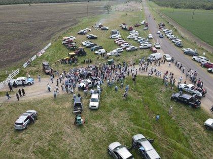 Productores rurales se concentraron en la entrada del campo de la familia Etchevehere para protestar por la usurpación de los terrenos