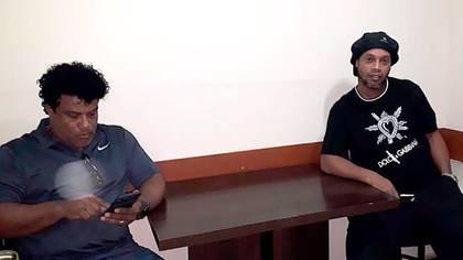 El ex futbolista Ronaldinho Gaúcho y su hermano Roberto en la Fiscalía de Asunción (Paraguay), donde prestarán declaración sobre su ingreso con supuestos pasaportes falsos (EFE)