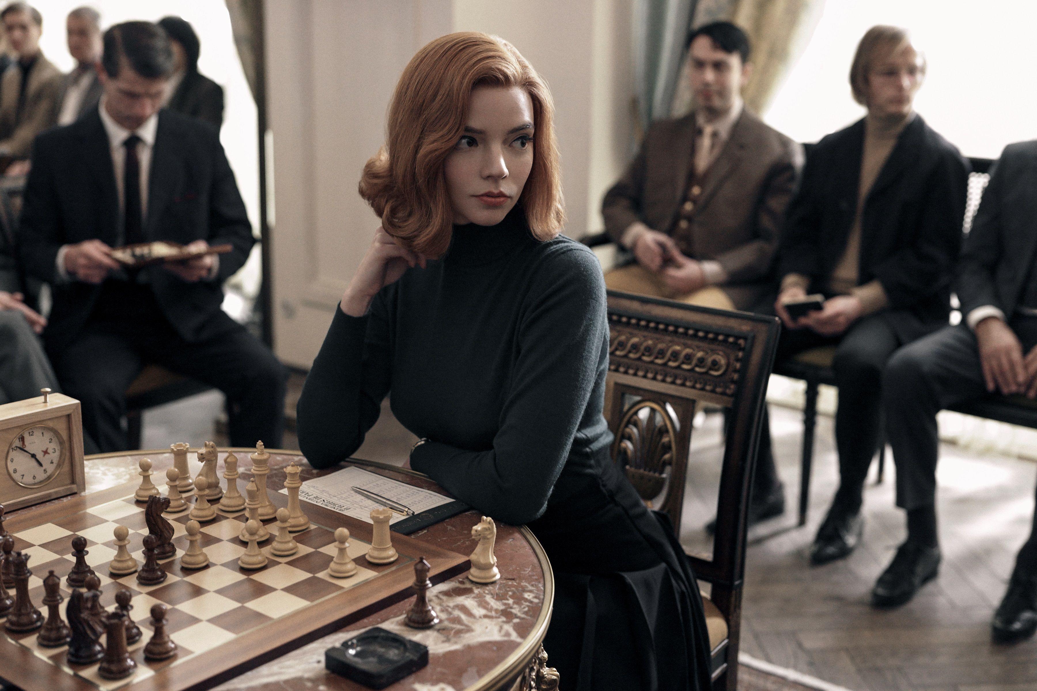 La actriz Anya Taylor-Joy como Beth Harmon, durante una escena de la serie que fue elogiada por Stephen King. EFE/Netflix