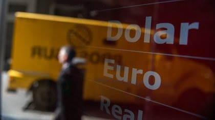 Los bancos y las casas de cambio son las únicas entidades autorizadas para operar con compra y venta de divisas extranjeras (Adrián Escandar)