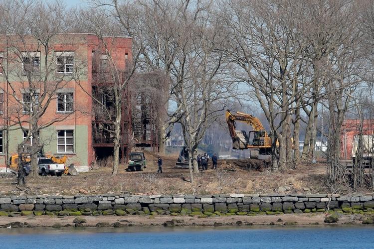 Trabajadores en Hart Island, el antiguo emplazamiento de una prisión que la ciudad de Nueva York considera como lugar de enterramiento temporal de las víctimas de COVID-19 (REUTERS/Brendan Mcdermid)