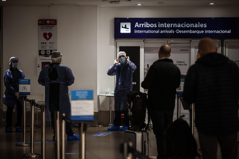 Viajeros llegan al Aeropuerto Internacional de Ezeiza, en la provincia de Buenos Aires (EFE/Juan Ignacio Roncoroni)