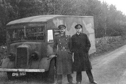 Charles Cholmondeley y Ewen Montagu durante el traslado del cuerpo a Escocia. Luego fue embarcado en su submarino y llevado hasta la costa de España