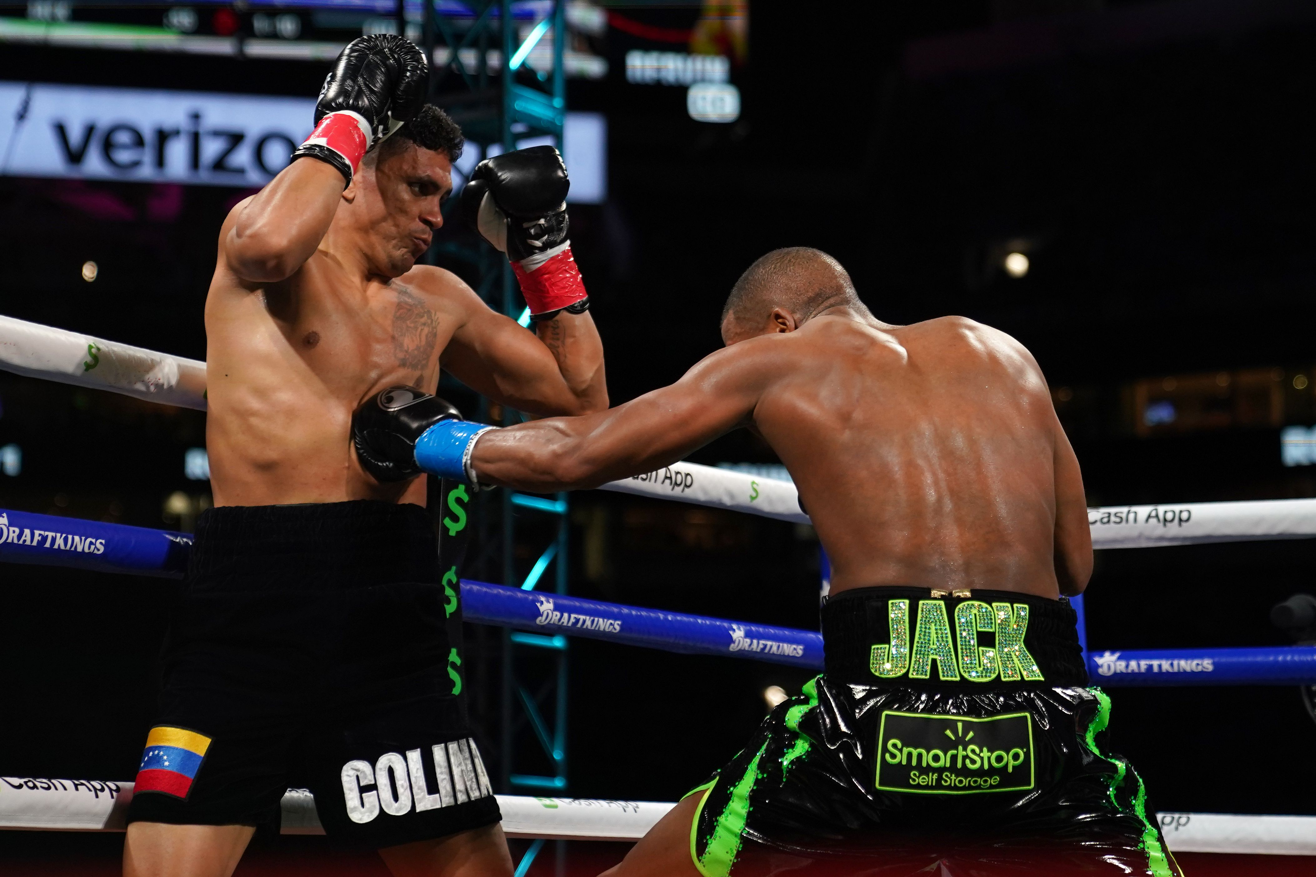 Badou Jack conecta uno de sus golpes a la zona blanda de Dervin Colina, que perdió por KO técnico en el cuarto asalto (Mandatory Credit: Jasen Vinlove-USA TODAY Sports)