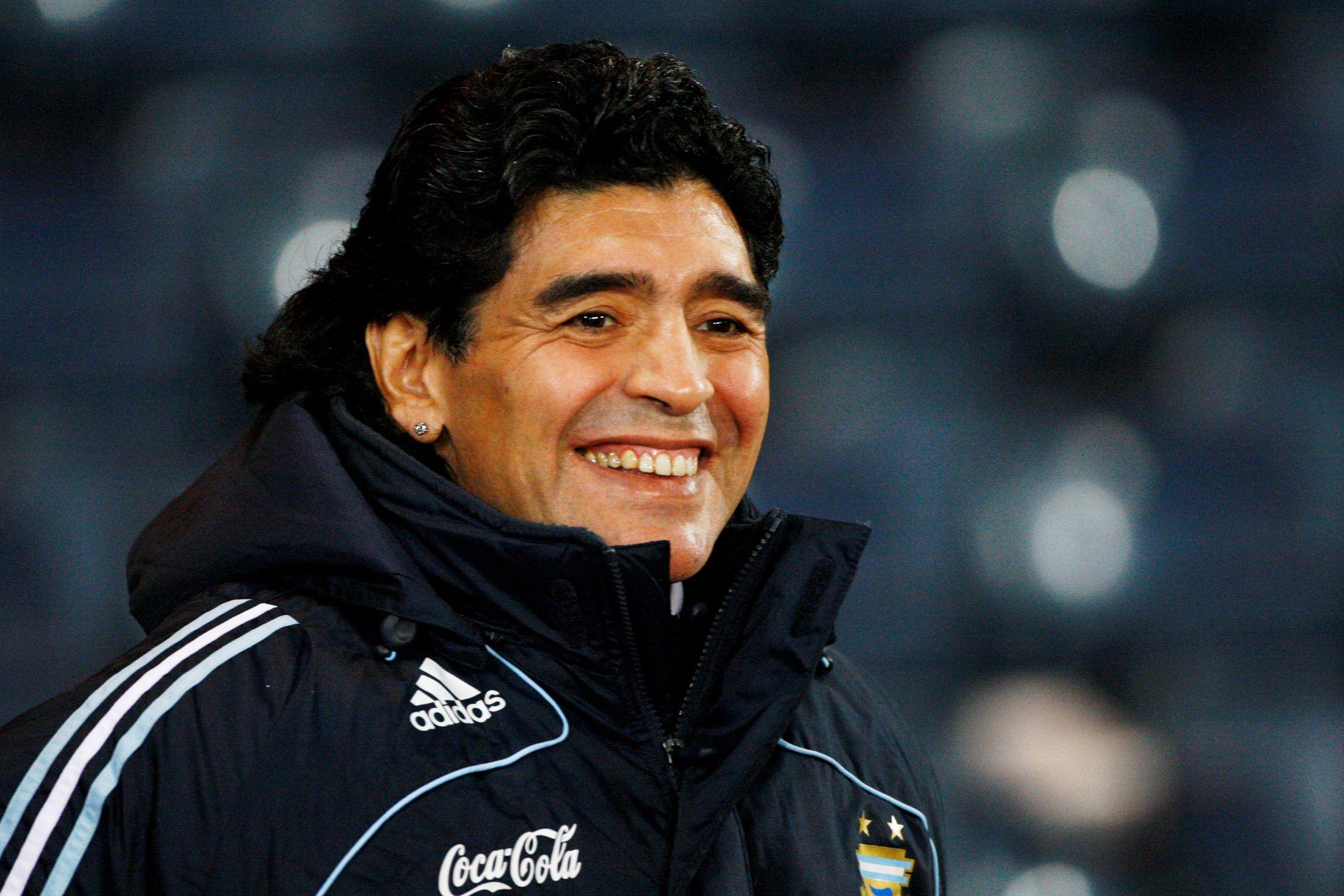 Diego Maradona durante un amistoso contra Escocia, en Glasgow, el 19 de noviembre de 2008 (REUTERS/David Moir (BRITAIN)/Foto de Archivo)