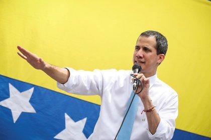 """Abrams adelantó que el gobierno de Trump seguirá reconociendo a Guaidó como presidente interino de Venezuela, pese al """"fraude"""" que intenta montar el régimen de Maduro con las elecciones parlamentarias de diciembre (EFE/ Rayner Peña R)"""