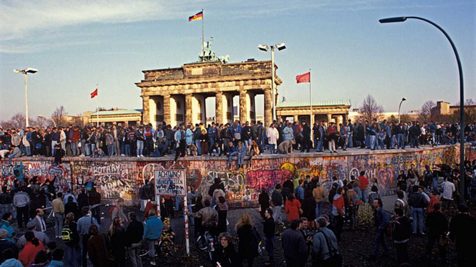 Alemanes de uno y otro lado del muro festejan su caída el 9 de noviembre de 1989.