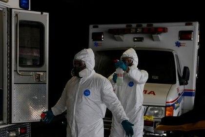 El paramédico Daniel Reyes y su colega se desinfectan luego de lidiar con un paciente con enfermedad por coronavirus (COVID-19) mientras continúa el brote de la enfermedad por coronavirus (COVID-19) en Ciudad de México, México, 13 de enero de 2021. REUTERS / Carlos Jasso/ Foto de archivo