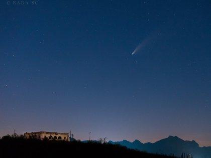 Imagen del cometa Neowise después del atardecer del sábado 18 de julio, desde San Carlos, Sonora (Foto: Twitter @Rada_SC)