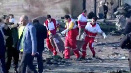 Equipos de emergencia trabajan cerca de los restos del vuelo PS752 de Ukraine International Airlines (Reuters)