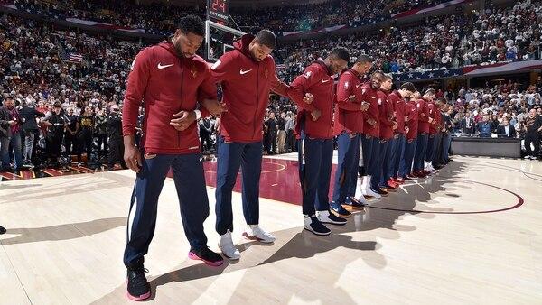 LeBron James se las ingenió para protestar durante el himno de Estados Unidos