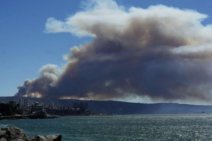Vista general de un incendio forestal en el sector de Playa Ancha en la ciudad de Valparaíso(EFE)