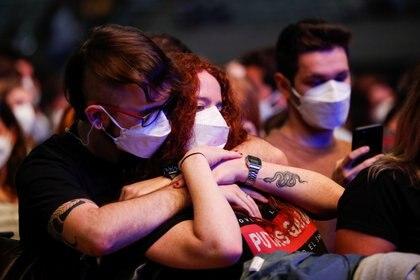"""Una preja con mascarillas en el concierto de """"Love of Lesbian"""" en el  Palau Sant Jordi. REUTERS/Albert Gea"""