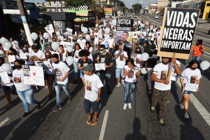 En Brasil se realizaron marchas contra el gatillo fácil contra jóvenes negros. El 75 por ciento de las niñas madres son negras y también están marcadas por la segregación que cambia el destino (Brasil). EFE/Leo Barrilari