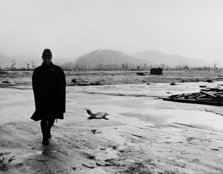 Un soldado japonés en el lugar camina meses después en el lugar donde cayó la bomba (REUTERS)