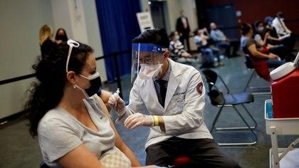 La mitad de los adultos estadounidenses ya recibieron al menos una dosis de las vacunas contra el COVID-19