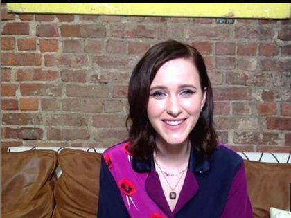 Rachel Brosnahan quien dijo que va a subastar su look luego que termine los Emmy, eligió un traje bicolor en tonalidades violetas y azules. Completó su look con un colgante y un maquillaje estilo cat eye