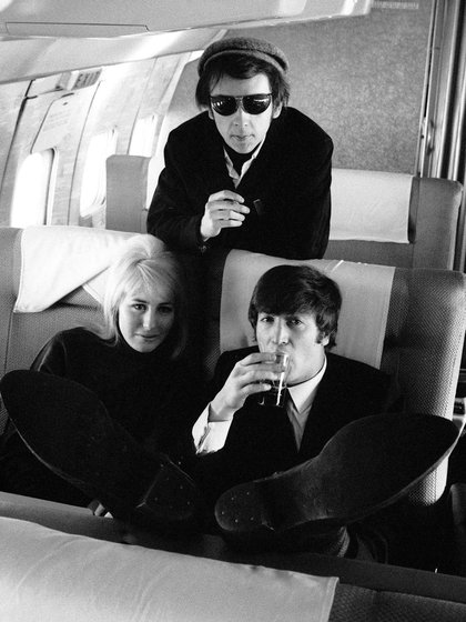 Phil Spector junto con John Lennon en una foto sin fecha