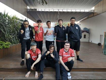 El equipo de Furious Gaming. Arriba de izquierda a derecha: Pirata, Bugi, Dye, Toplop y Jauny.  Abajo de izquierda a derecha: Erry, Betorro y Baula.