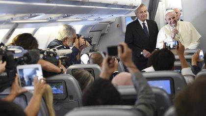 Francisco mantiene un encuentro con los periodistas a bordo del avión durante el vuelo que lo traslada a Seúl <br> EFE 163