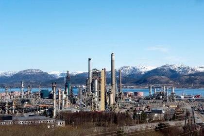 Una refinería de petróleo noruga en Mongstad. El fondo que maneja los ingresos de la empresa estatal es tres veces más grande que el total de la economía del país nórdico.