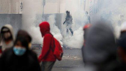 Manifestantes se enfrentan con las fuerzas de seguridad durante la protesta contra las medidas de austeridad del presidente de Ecuador, Lenin Moreno (Reuters)