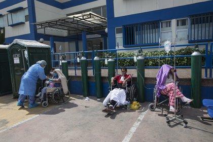 Personas infectadas con COVID-19 esperan una cama disponible afuera de un hospital público en Lima (AP/Rodrigo Abd)