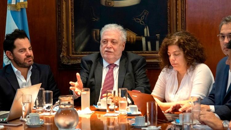 González García, Vizzotti y Lisandro Bonelli hoy en el Salón Azul del Ministerio de Salud.