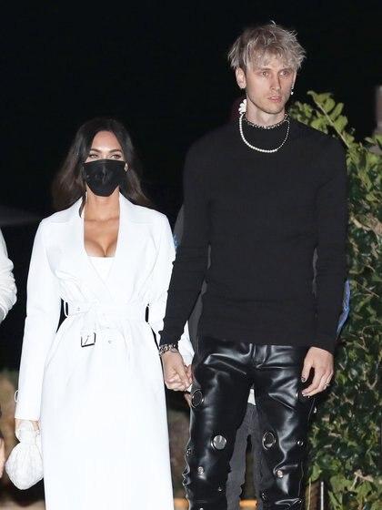 Megan Fox y Machine Gun Kelly compartieron una romántica cena en un exclusivo restaurante de Malibú, en Los Ángeles. La actriz lució un jean, tapado blanco y estiletos, mientras que el rapero optó por un look total black de pantalón metalizado, remera y borcegos