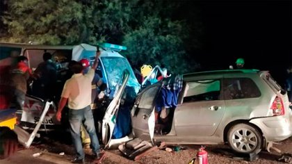 Violento choque en La Rioja entre un auto y una ambulancia: hay seis muertos y cuatro heridos