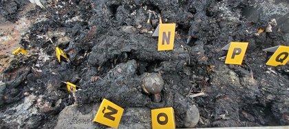 La imagen muestra uno de los vehículos  donde fueron hallados 19 personas calcinadas en un paraje de la ciudad de Camargo en  Tamaulipas (Foto: EFE)