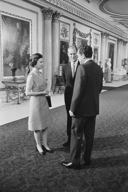 El presidente estadounidense Richard Nixon, la reina Isabel II y el príncipe Felipe recorren en el Palacio de Buckingham en Londre. Fotografía tomada en febrero de 1969