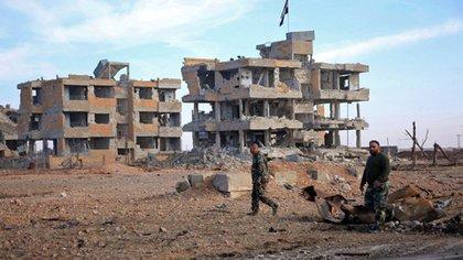 Tropas sirias en las ruinas de Deir Hafer, tras su liberación (AFP)