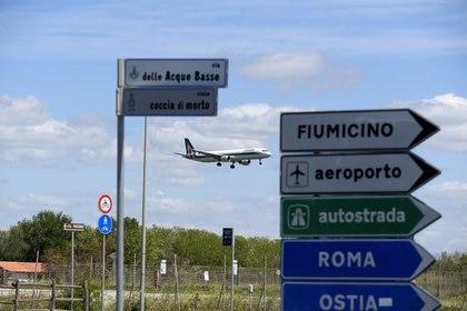 (Foto de archivo) Un avión aterriza en el aeropuerto internacional Fiumicino, de Roma (Reuters/ Alberto Lingria)