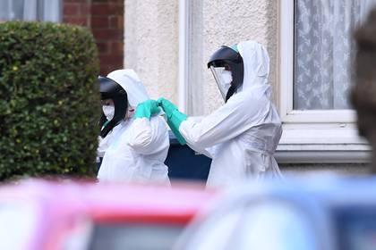 Los servicios de emergencia en trajes de protección contra materiales peligrosos asisten a una escena en la avenida Butler, Harrow, en Londres  (Shutterstock)