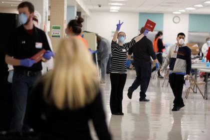 Votantes con barbijo esperan para emitir su voto en las primarias demócratas del estado de Wisconsin, celebradas pese a la pandemia de coronavirus y la cuarentena decretada a nivel estatal. Foto: REUTERS/Daniel Acker