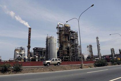 Imagen de archivo de un auto pasando junto a la refinería petrolera de PDVSA de El Palito, en Puerto Cabello, Venezuela. 2 marzo 2016. REUTERS/Marco Bello