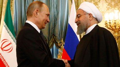 El presidente de Rusia, Vladimir Putin, y su par iraní Hassan Rouhani (AFP)