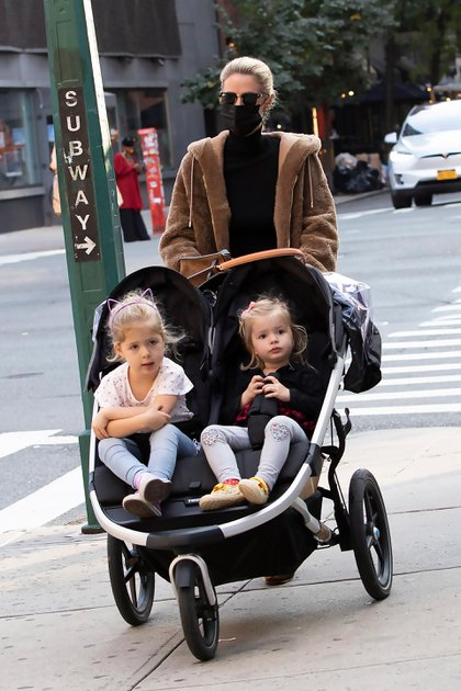 Nicky Hilton paseó con sus hijas por el barrio Soho, de Nueva York. La diseñadora -y hermana de Paris Hilton- llevó a las pequeñas Lily Grace y Teddy Marilyn en un cochecito doble